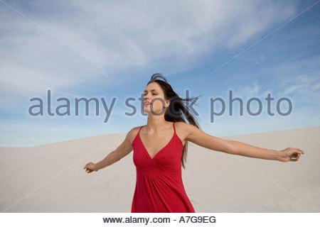 Una giovane donna in un abito rosso Foto Stock