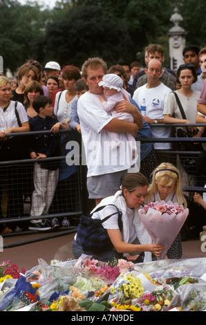 Omaggi floreali Memorial a Diana [Principessa di Galles] Settembre 1997 Buckingham Palace Londra UK HOMER SYKES Foto Stock