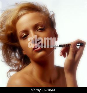 In ambienti interni studio Cosmetici cura di bellezza make up donna giovane ragazza 20 25 bionda lunghi capelli Foto Stock