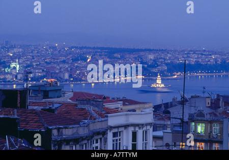 Vista aerea della città illuminata di notte, Istanbul, Turchia Foto Stock