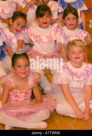 4495252f94ed Cinque ragazze giovani vestiti in retro 50S   60s abbigliamento mini ...