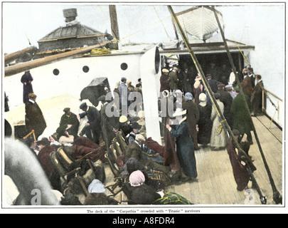 Titanic superstiti sul ponte del sistema di cottura a vapore Carpathia 1912. Colorate a mano i mezzitoni di una Foto Stock
