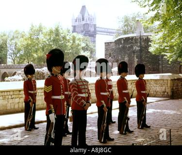GB - LONDRA: cambiando la guardia alla Torre di Londra Foto Stock