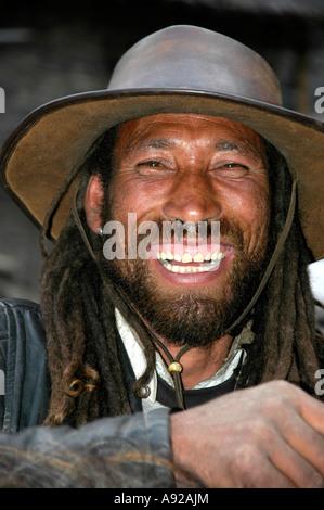 Ridere il nepalese cowboy con capelli rasta Cappello in cuoio e giacca di pelle Chame Regione Annapurna Nepal Foto Stock