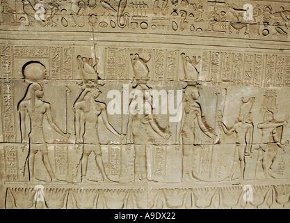 Hiroglyphics sulle pareti del tempio di Hathor Denderah Qena Egitto Foto Stock