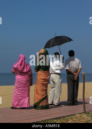 La famiglia a Cherai Beach sull'isola Vypeen in Kerala in India Foto Stock