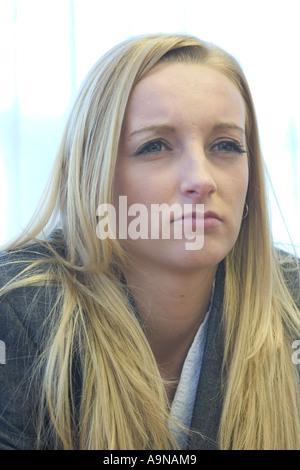 Professional giovane donna guardando intensamente Foto Stock