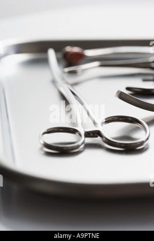Vassoio di forbici chirurgiche Foto Stock