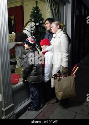 La famiglia shopping di Natale Foto Stock
