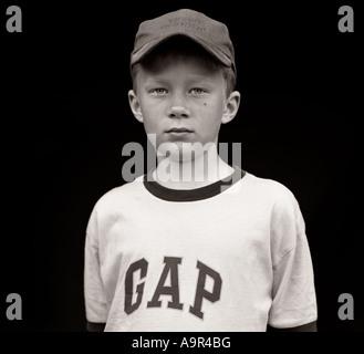 Ragazzo che indossa GAP T-shirt Boy cappello da baseball, scuola, Bully, amici, giocare, giocando, moda, ragazzi, Foto Stock