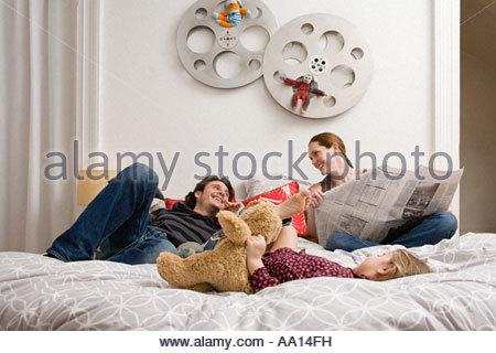 Famiglia rilassante sul letto Foto Stock