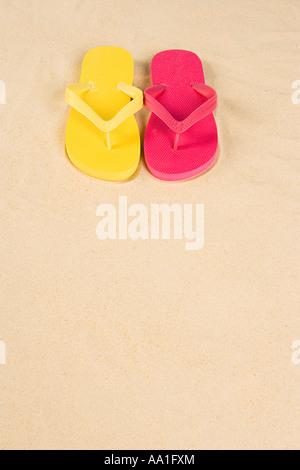 Giallo e rosa flip flop Foto Stock