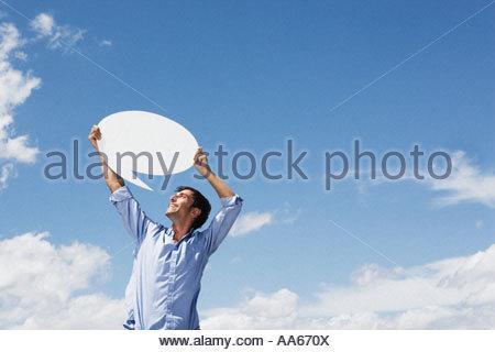 Uomo con palloncino di parola all'aperto Foto Stock