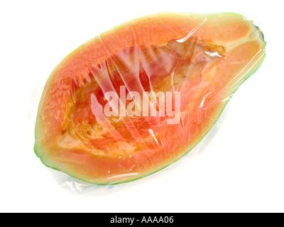 La papaia senza semi avvolti in plastica folie Frischhaltefolie foglio di pellicola plastica avvolgere preservare Foto Stock