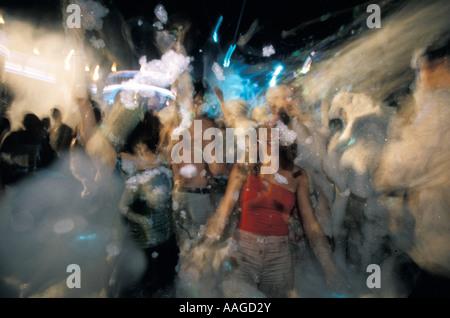 Giovani godendo di schiuma party discoteca all'aperto Halikarnas Bodrum Mugla Turchia Foto Stock