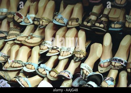 ... Scarpe a visualizzare su di un mercato in Siem Reap Cambogia Foto Stock 8db5f8fcd38