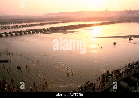 KUMBH MELA INDIA 2001 come il sole tramonta su di Allahabad molti pellegrini bagnarsi e pregare nelle acque del Gange 2001 Foto Stock