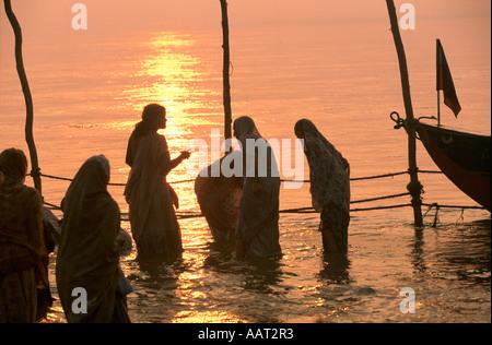 KUMBH MELA INDIA 2001 come il sole tramonta oltre il KUMBH MELA IL FLUSSO DI PELLEGRINI continua proveniente da Foto Stock