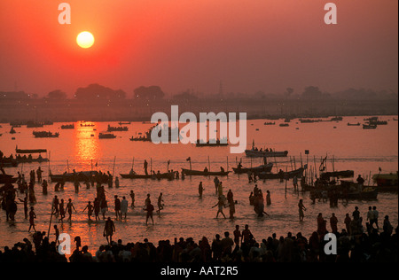 KUMBH MELA INDIA 2001 il sole tramonta oltre il KUMBH MELA il più grande raduno di persone assemblati insieme sulla Foto Stock