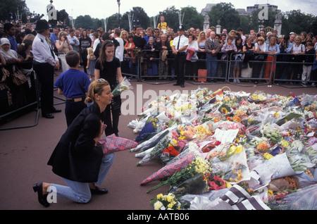 Diana Principessa di Galles pubblico lasciano fiori come un omaggio floreale memorial Settembre 1997 Buckingham Foto Stock