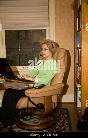 Telefono infermiere di triage a lavorare con il computer e Telefono da home office Foto Stock