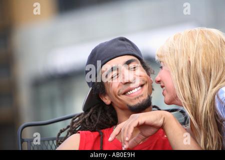 Giovane uomo e donna flirtare Foto Stock
