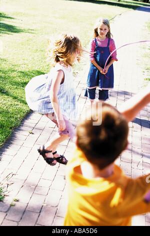 I bambini giocando in un parco giochi