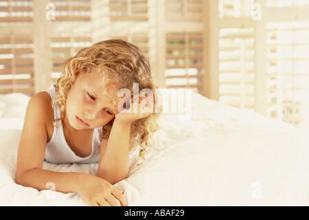 Ragazza broncio sul letto