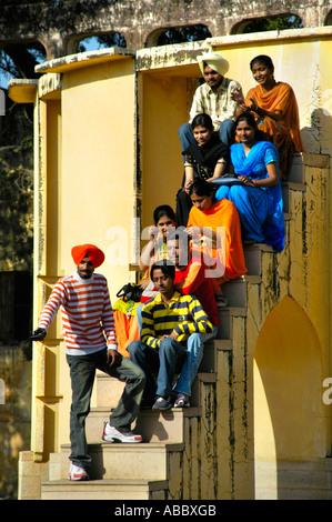 Gruppo di turisti indiani pongono su scale osservatorio Jantar Mantar Jaipur India Rajasthan Foto Stock
