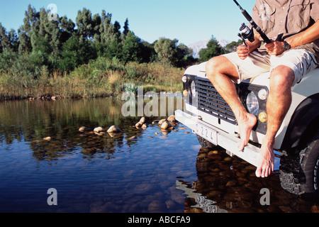 L'uomo la pesca in un safari Foto Stock