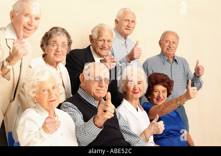 Anziani dando pollice in alto segno Foto Stock