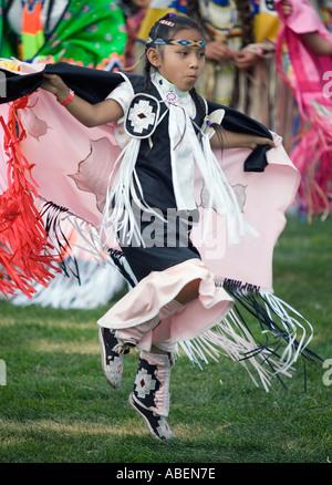 Un nativo americano in full regalia prende parte a un fantastico concorso di ballo durante un powwow nel nord dello Foto Stock