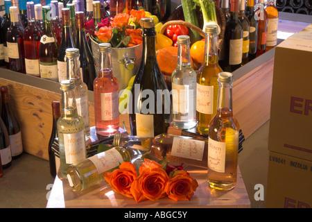 Sciroppo di fiori di bottiglie e fiori in bottiglie di vino spumante. Foto Stock