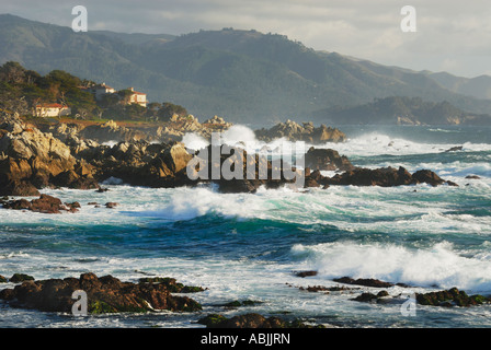 Le onde rompono sulla costa a Pebble Beach 17 Mile Drive Carmel California Foto Stock