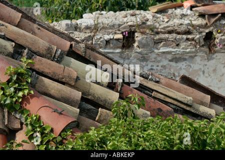 Il vecchio tetto in ardesia piastrelle con bordi arrotondati in