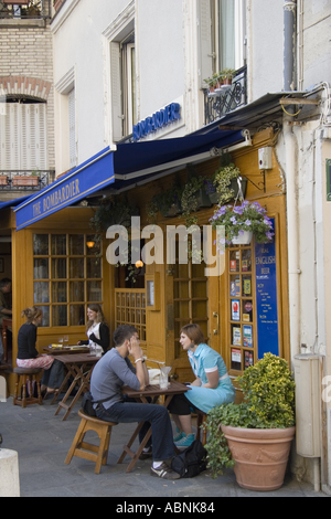 Cafe su Rue De La Montagne Sainte Ginevieve Parigi Francia Foto Stock