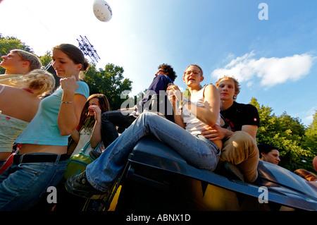 Live 8 concerto di Berlino in Germania il 2 luglio 2005. Coppia giovane altalenante per Chris de Burgh musica dal Foto Stock