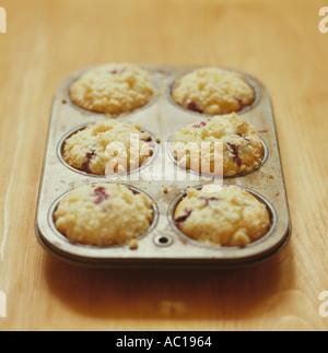 Pane appena sfornato muffin ai mirtilli in padella Foto Stock