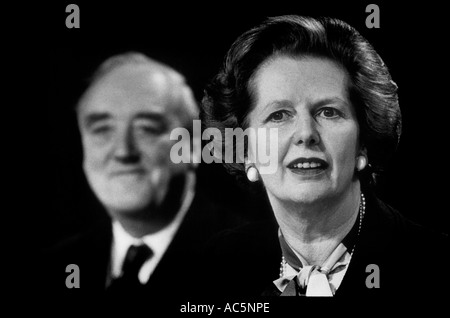 Magaret Thatcher primo ministro britannico nel corso del 1983 campagna elettorale, William Whitelaw in background Foto Stock