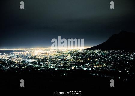 Città del Capo e di Table Mountain night shot da un aeroplano finestra Foto Stock