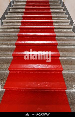 Rampa di scale con dipinto di tappeto rosso Foto Stock
