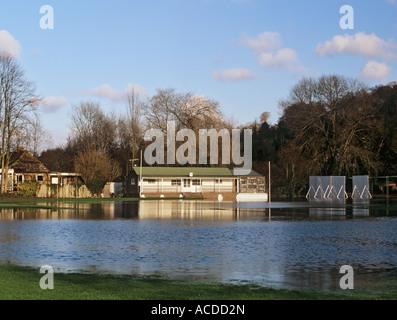 La pioggia ha smesso di giocare a cricket passo di campo e il Pavilion allagato Henley on Thames Oxfordshire England Foto Stock