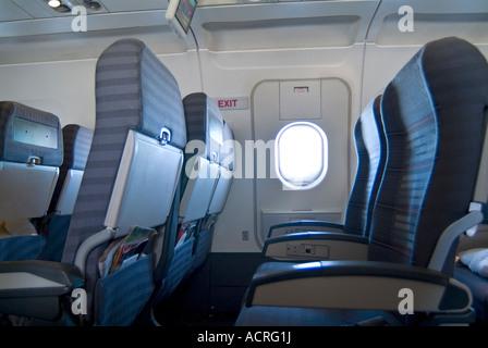 Vuoto posti in aereo e finestra sul commerciale di volo della compagnia aerea Foto Stock