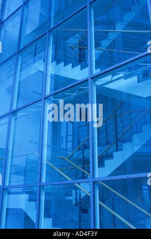 Facciata di vetro e la tromba delle scale per interni Foto Stock
