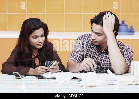 Close-up di una giovane coppia guardando le carte di credito Foto Stock