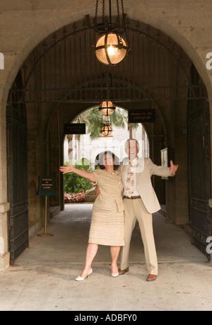 Caucasian Coppia di mezza età (45-50) celebrando all'ingresso e Arco di Lightner Museum di St Augustine, Florida Foto Stock