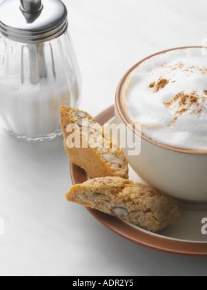 Cappuccino e biscotti di mandorle Foto Stock