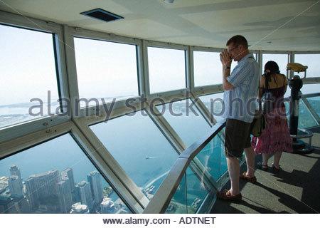 I turisti in sky pod più alta del mondo ponte di osservazione sulla CN Tower in Toronto Ontario Canada Foto Stock
