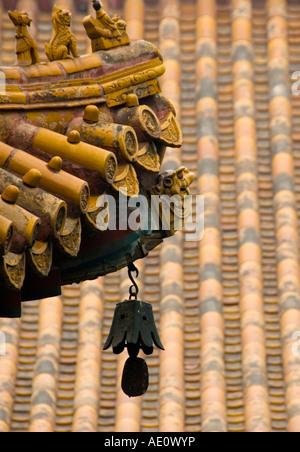 Bell e dettaglio del tetto al tempio Lama Yonghegong a Pechino 2007 Foto Stock