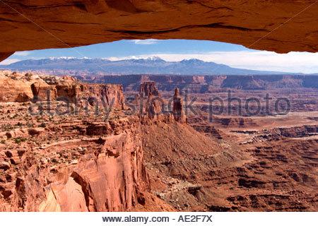 Mesa Arch che incorniciano la vista delle Montagne La Sal Canyonlands National Park nello Utah Foto Stock